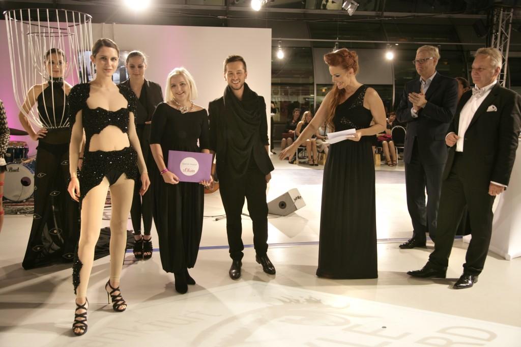 Sara Wörner (vorne, 2.v.l.), hier mit Designer Riccardo Serravalle, Moderatorin Anke Seeling (3.v.r.) und Reinhold Werthmann (links), freut sich über den Gewinn des Praktikums bei s.Oliver. ©prpkronberg
