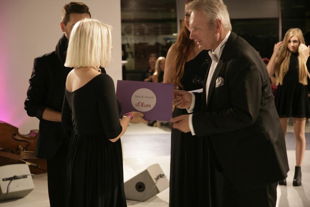 Reinhold Werthmann, Director Human Resources Capital Management bei s.Oliver, überreicht der Gewinnerin Sara Wörner den Sonderpreis. ©prpkronberg